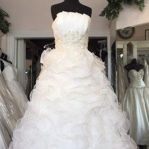 IVORY Beautiful fashion forward wedding gown.